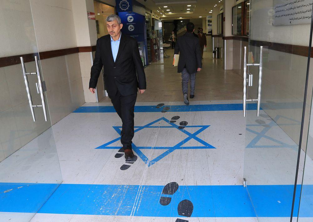 Ministra jordana pisa una bandera de Israel y provoca indignación en este país