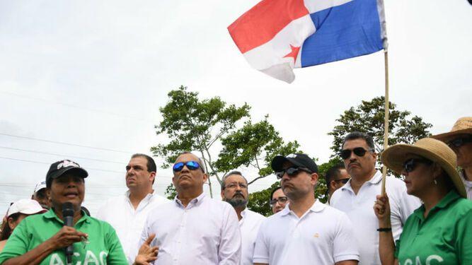 Ministros de Obras Públicas y Ambiente participan en siembra de árboles en la vía Omar Torrijos