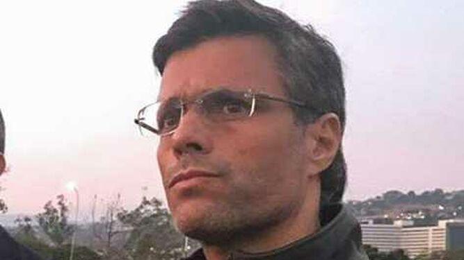 Leopoldo López deja Embajada de Chile en Caracas, informa el canciller