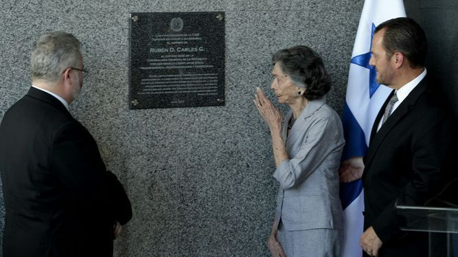Colocan placa en sede de Contraloría en honor a Rubén Darío Carles
