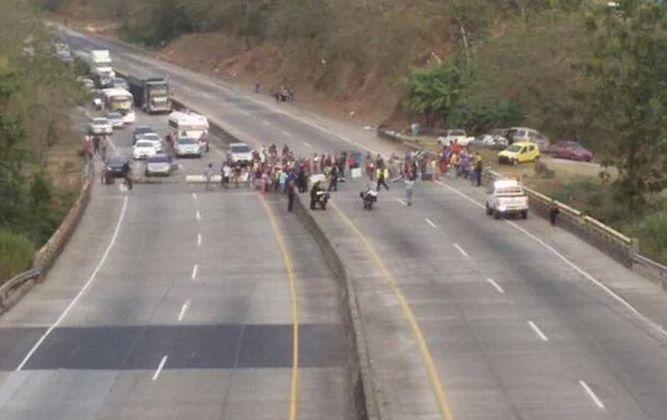 Policías y manifestantes se enfrentan en Kuna Nega