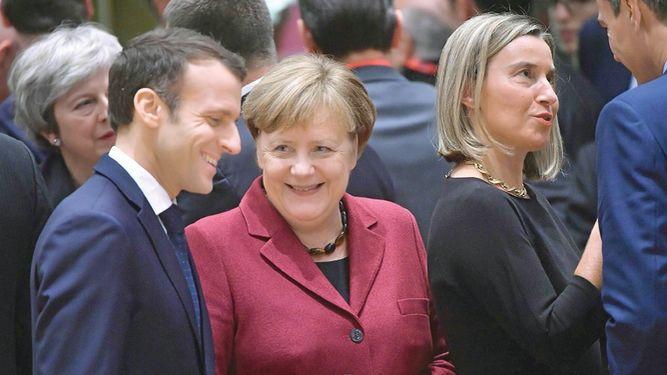 Emmanuel Macron trata de apaciguar cólera de 'chalecos amarillos'