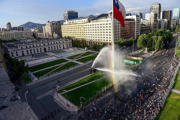 Otro día más de intensas protestas en Chile mientras presidente Piñera se juega carta política