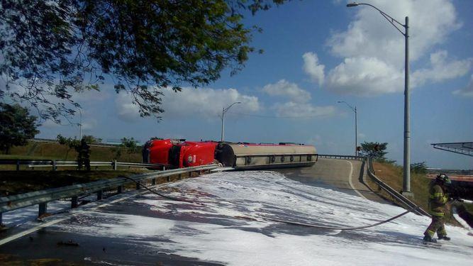 Un herido tras vuelco de cisterna con 12 mil galones de combustible en el corredor Norte