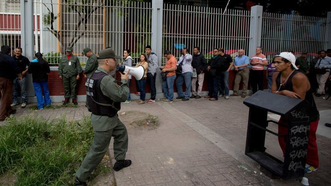 Venezolanos que se comen papeleta de voto, entre incidentes de legislativas