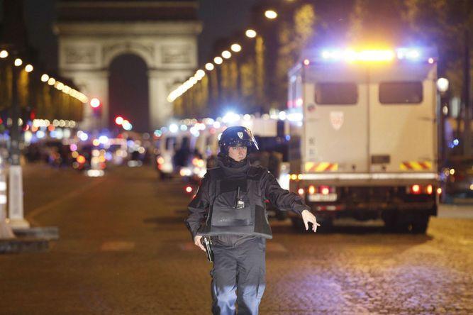 Tiroteo en los Campos Elíseos en París; un policía murió
