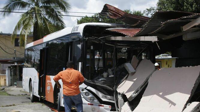 Cinco lesionados tras choque de un Metrobus con una residencia en Panamá Viejo