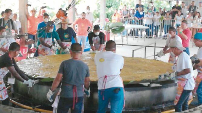 Panamá cocina un patacón de récord Guinness