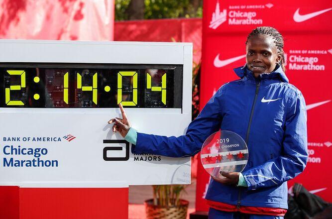Keniana Kosgei  bate récord en maratón