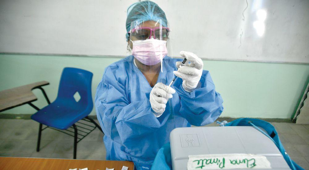 Suspenden vacunación de pacientes con enfermedades crónicas para darle prioridad a los docentes