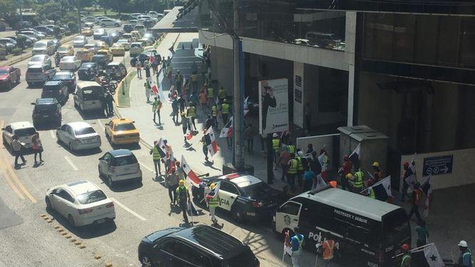 Trabajadores de IBT reclaman pago de salarios pendientes; la empresa se defiende