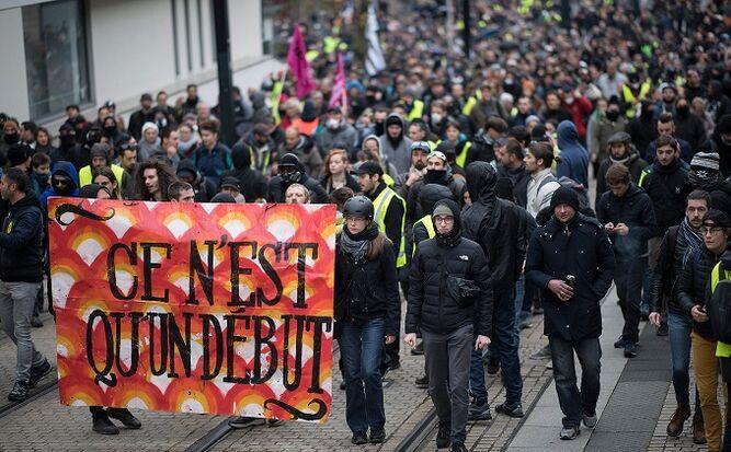 'Chalecos amarillos' salen a protestar en el primer aniversario de su movimiento