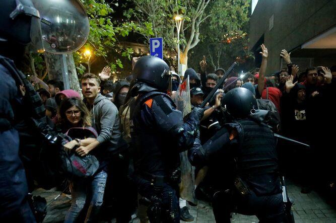 Caos, fuego y cargas policiales en las protestas de Barcelona