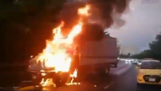 Bomberos sofocan incendio de camión cerca del puente de las Américas