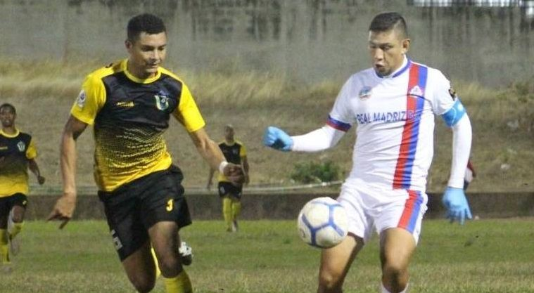 Técnico panameño teme ser contagiado al dirigir en la única liga de América que no se detiene por el coronavirus