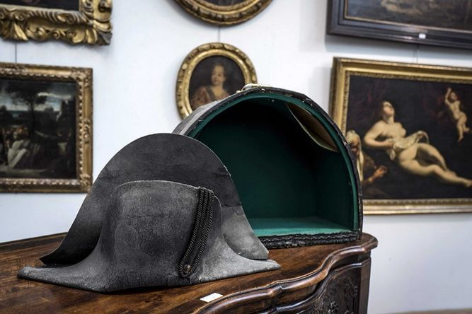 Un sombrero bicornio de Napoléon subastado en Francia por 406 mil 81 dólares