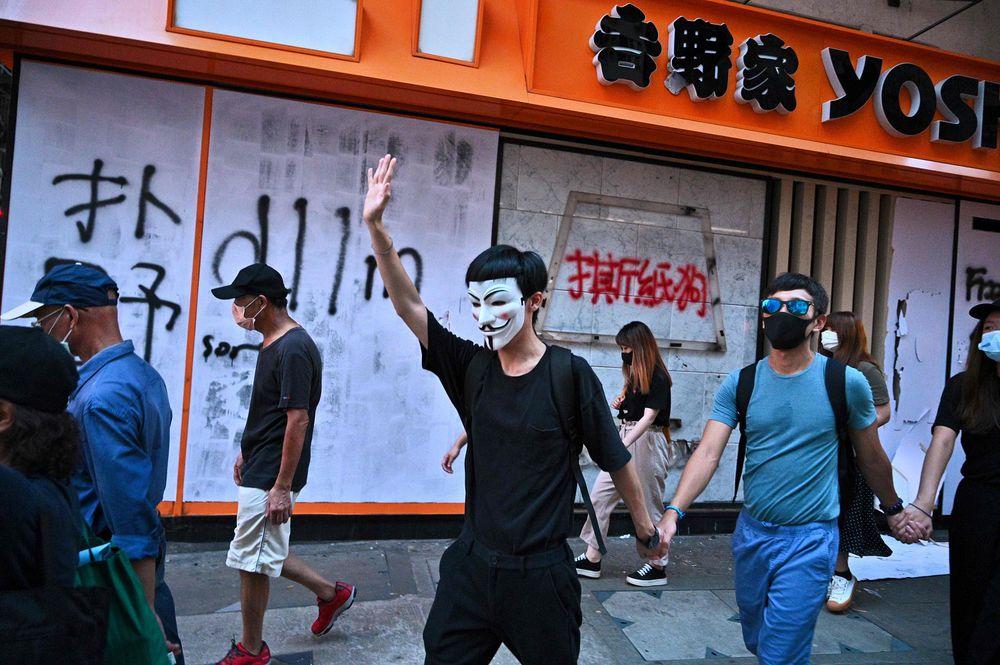 Manifestantes con máscaras desafían al gobierno de Hong Kong