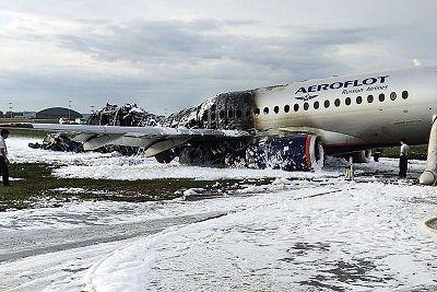 Aterrizaje de emergencia de avión deja 41 muertos en Rusia