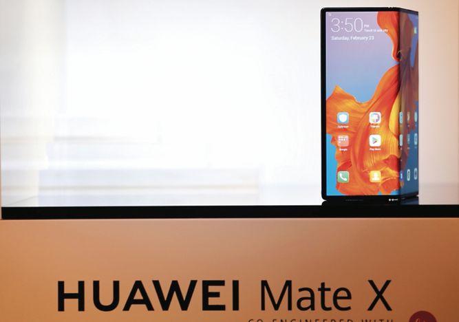 Huawei presenta su nuevo teléfono móvil plegable