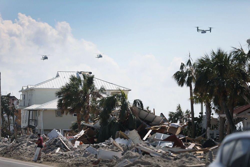 Donald Trump sobrevuela algunas comunidades devastadas en Florida