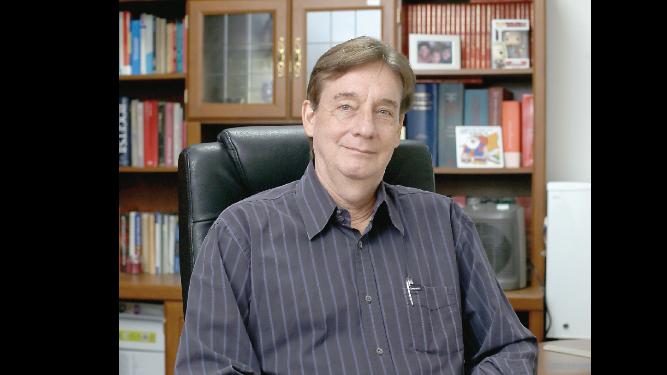 'Están apegados a la complacencia, no a la ciencia':  Xavier Sáez-Llorens