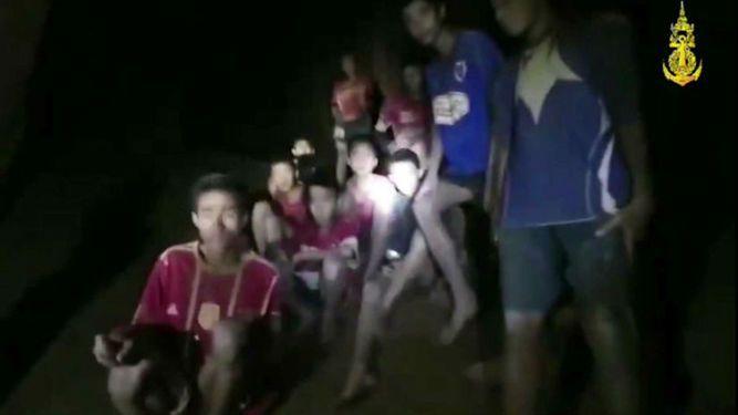 '¿Trece? ¡Genial!': las primeras palabras a los niños atrapados en una cueva en Tailandia