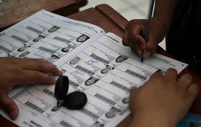 Peruanos votan no a la reelección de legisladores en referéndum