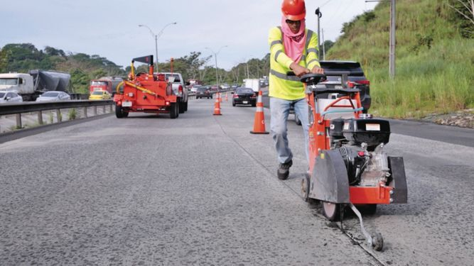 Avanzan los trabajos de reposición de las losas en la vía Centenario