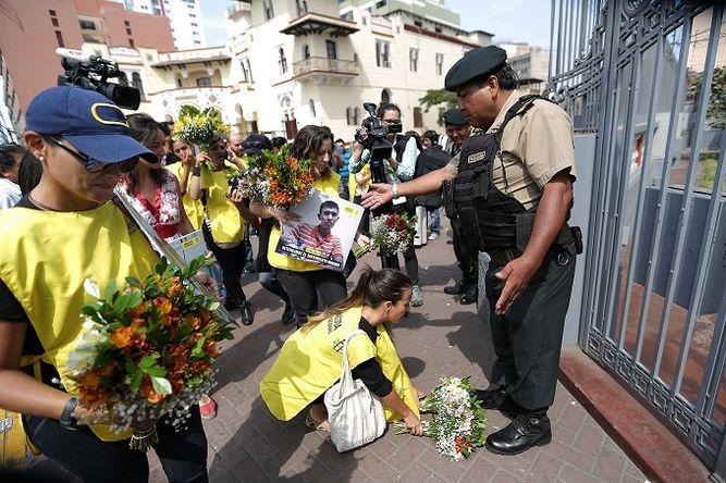 Flores en protesta contra Nicolás Maduro previo a Cumbre de las Américas en Perú