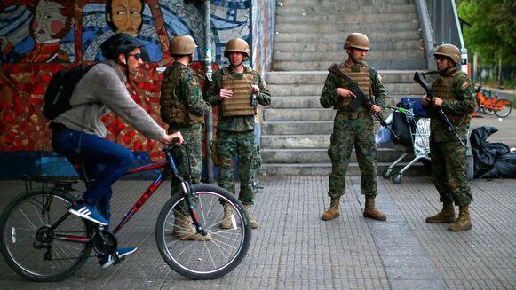Santiago de Chile, el metro inutilizado y militares en las calles