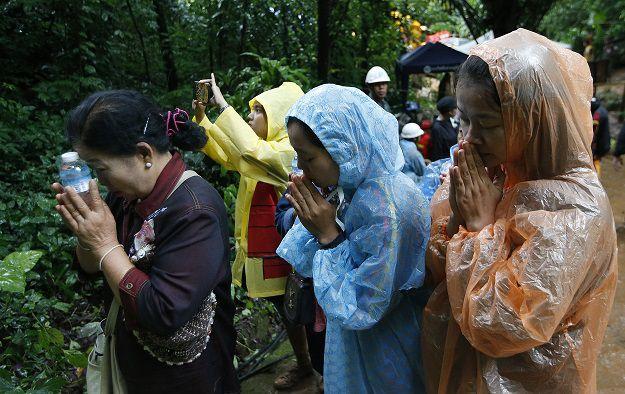 Tailandia: cavan hoyo para rescatar a 12 niños y su entrenador en una cueva