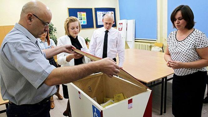 Conservadores polacos logran la mayoría en las legislativas