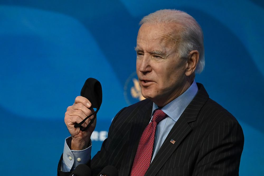 Biden denuncia como una 'farsa' distribución de vacunas de la Covid-19 en Estados Unidos