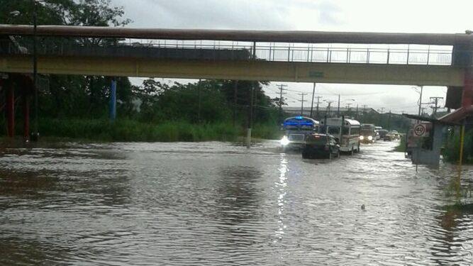 Colón: inundación en Villa del Caribe provoca tranque vehicular