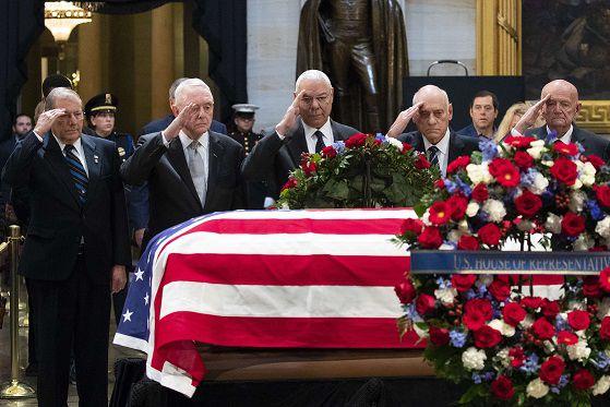 Visitantes honran al fallecido expresidente George H. W. Bush