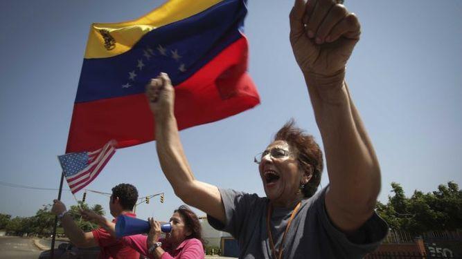 Mike Pence promete una Venezuela 'libre' en ruta a Miami a ver exiliados de ese país