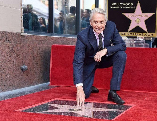 Actor Michael Douglas obtiene estrella en el Paseo de la Fama