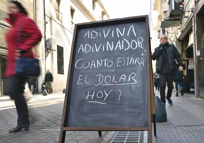 Argentina fija piso del peso vendiendo dólares