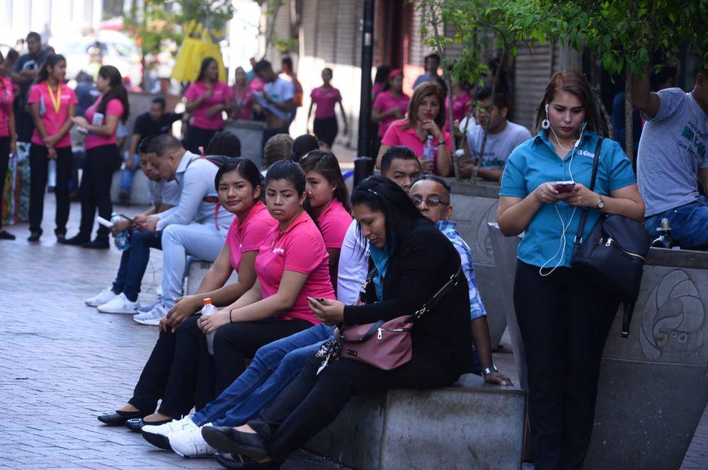 La capital no se detiene: el tráfico se mantiene activo, y la gente sigue en las calles