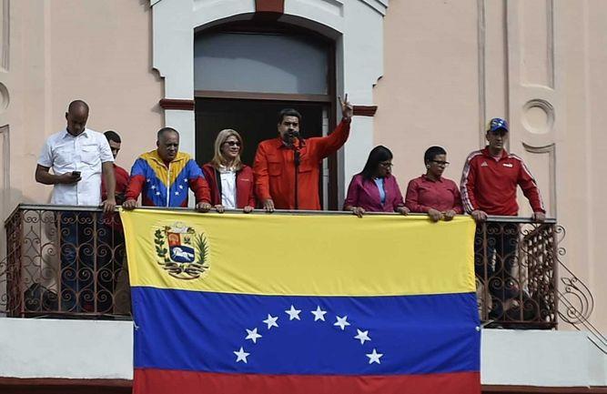 Nicolás Maduro aparece desafiante en el Palacio de Miraflores y rompe relaciones con Estados Unidos