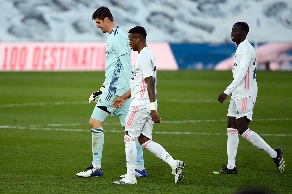 Real Madrid se aleja del título al caer 2-1 con el Levante