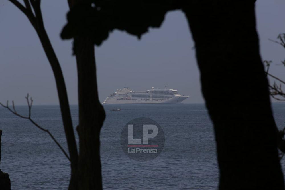 Un crucero se encuentra anclado en Balboa; la tripulación se mantiene confinada