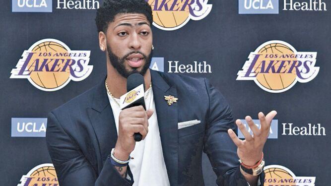 Davis apunta al anillo en su presentación con los Lakers
