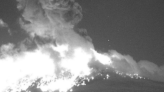 Volcán Popocatépetl arroja rocas calientes y ceniza