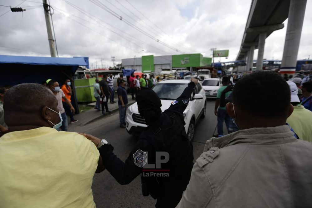 Taxistas mantienen cerrada la vía Interamericana en La Chorrera y Arraiján; se oponen a que se levante restricción de circulación