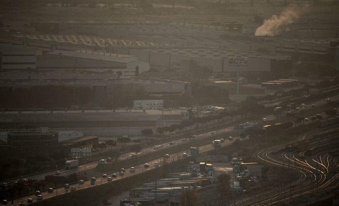 España analiza prohibir venta de autos a combustible