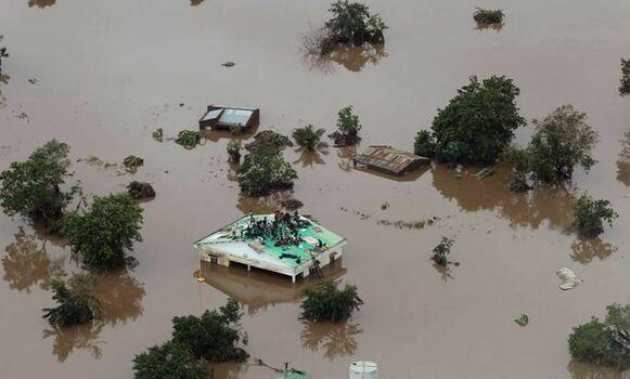 Mozambique: intentan rescatar a atrapados en inundaciones