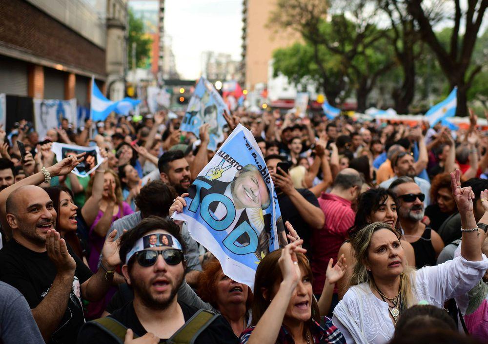 El peronismo se da por ganador, pero Macri aún aspira a balotaje en Argentina