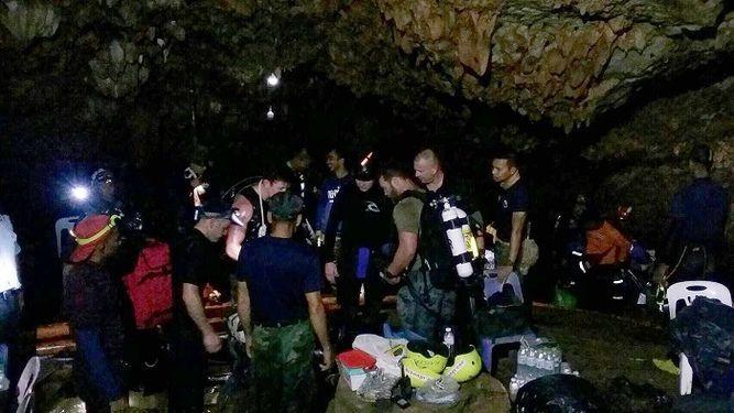 Tailandia: Hallan con vida a 12 niños desaparecidos en cueva