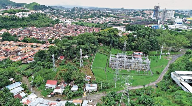 Precaristas peligran entre torres eléctricas